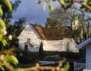 Høvåg-Kirke-i-kveldssol